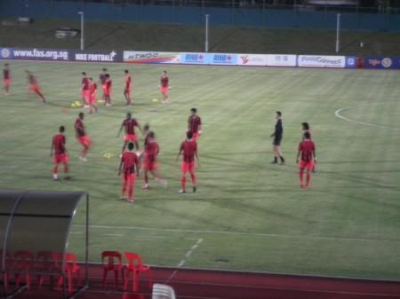 Tim Singapura sedang pemanasan
