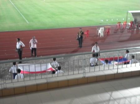 Bendera Singapura dan Laos dibawa masuk