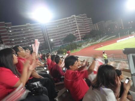 Pendukung Singapura bersorak-sorai pasca gol pertama