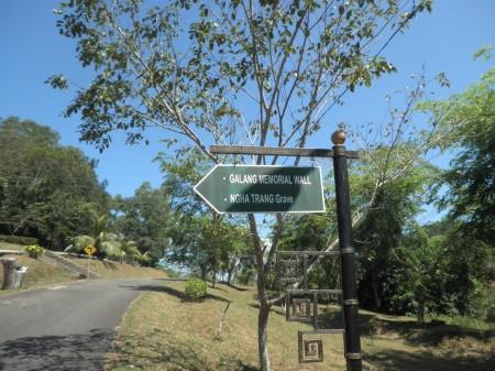The sign to Nghia Trang graveyard
