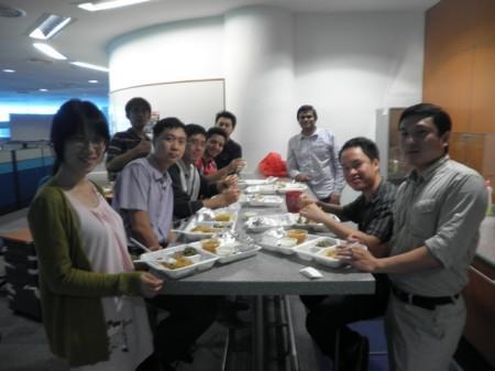 Makan bersama. Terima kasih buat Koh Eon yang motretin.
